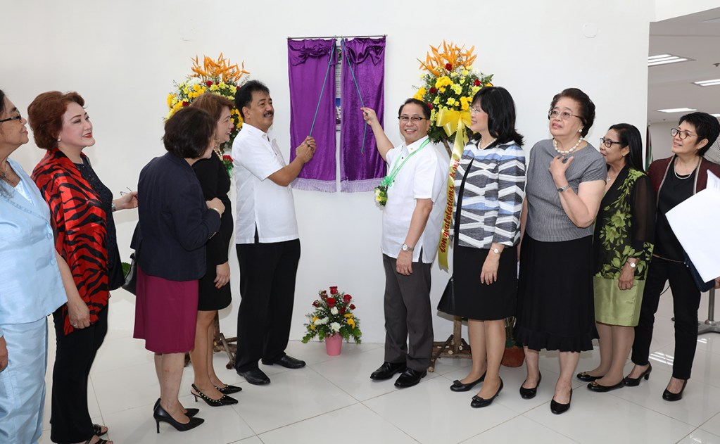 CHED OIC J. Prospero de Vera III (left) and UP President Danilo Concepcion unveil the marker at the lobby of the PGC building. Joining them are (from left) University of the East President and Chief Academic Officer Ester Garcia, Mrs. Carmen Pascual, Dr. Gisela Concepcion, Dr. Cynthia Saloma, Dr. Carmencita Padilla, Dr. Emerlinda Roman, former DOST undersecretary Amelia Guevara, and UP Vice President for Academic Affairs Cynthia Bautista. (Photo by Misael Bacani, UP MPRO)