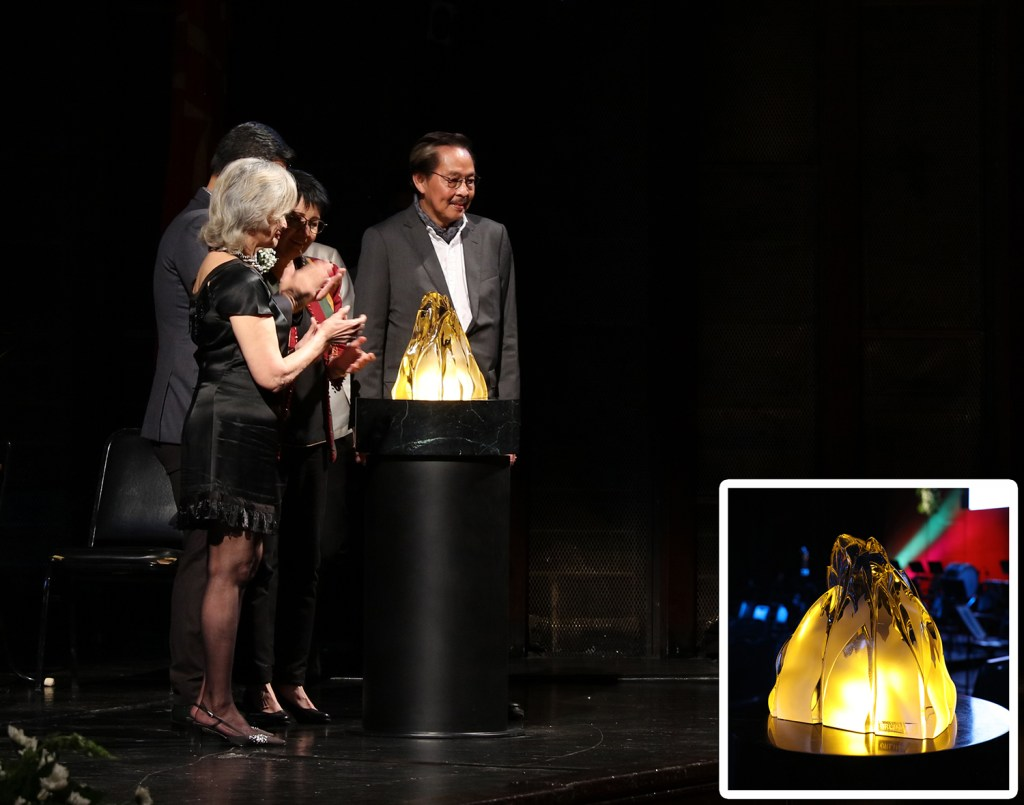 """Ramon Orlina (right) presents his sculpture, """"Eternal Flame,"""" to the Angara family represented by Mrs. Gloria Manalang Angara (left) and Senator Juan Edgardo """"Sonny"""" Angara (hidden) . Beside Orlina is UP Vice President for Academic Affairs Maria Cynthia Rose Bautista representing UP President Danilo Concepcion. Inset: Orlina's """"Eternal Flame"""" (Photos by Misael Bacani, UP MPRO)"""
