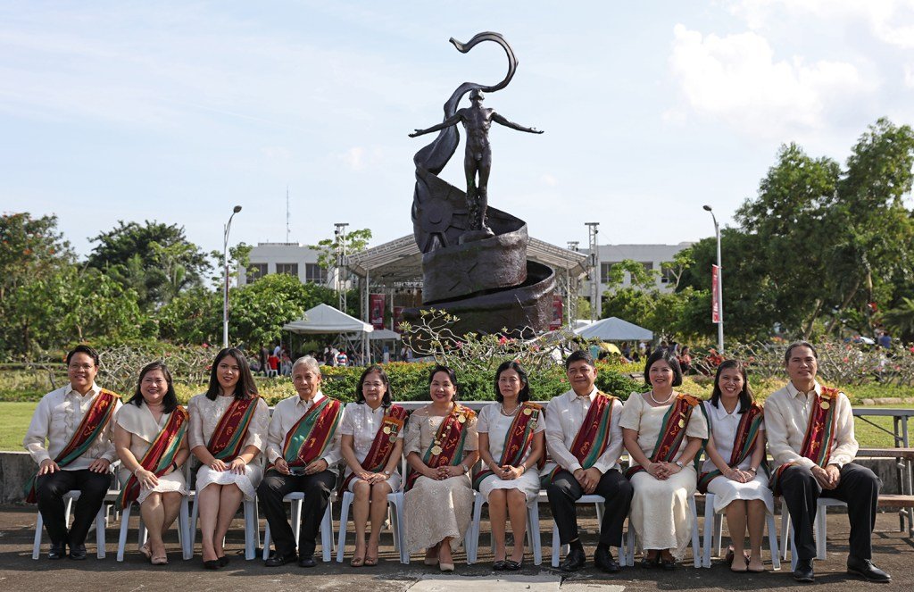 Officials of the UP Open University pose for the traditional photo in front of the Oblation on graduation day. (Photo by Misael Bacani, UP MPRO)