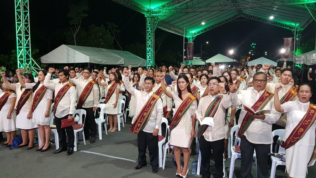 "The UPOU Class of 2018 sings ""UP Naming Mahal."" (Photo by Arlyn VCD Palisoc Romualdo, UP MPRO)"