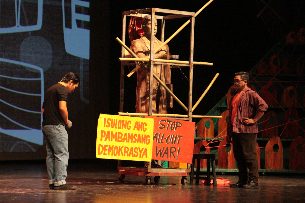 As a Fine Arts scholar in UP, Junyee tries to convince others to use art as a tool for protest. He heeds the wisdom of his mentor Propesor Abueva, played by Noe Morgado. (Photo by Jun Madrid)