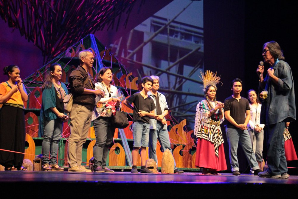 The real Junyee congratulates and thanks the cast and staff of Tanghalang Pilipino. (Photo by Jun Madrid)