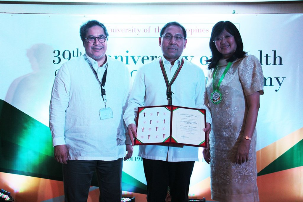 Dr. Vicente Belizario Jr. presents the certificate for the Perla D. Santos Ocampo UP Centennial Professorial Chair for Research handed to him by UP Executive Vice President Teodoro Herbosa and UP Manila Chancellor Carmencita Padilla, during UP Manila anniversary celebrations in the UP Manila Social Hall. (Photo by Jun Madrid, UP MPRO)