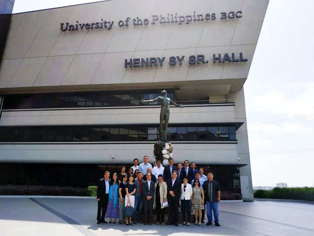 The Southern Taiwan delegation and UP officials pose for a photo in front of the UP Bonifacio Global City Campus Oblation. (Photo by UP OIL)