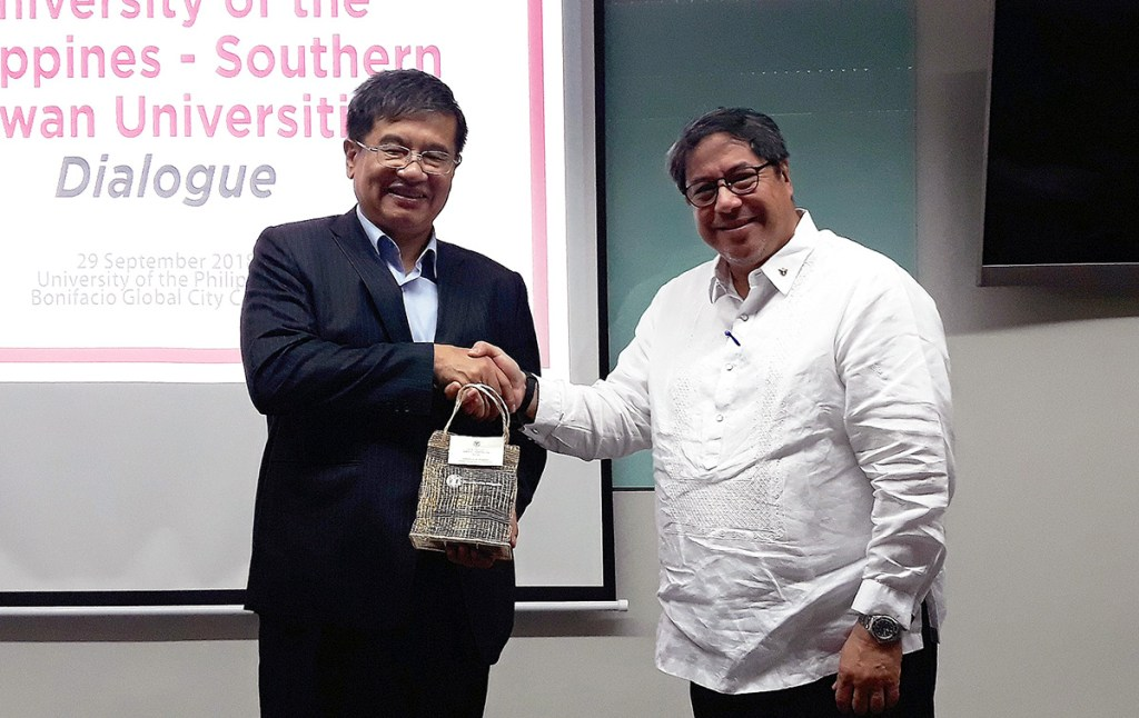 National Kaohsiung University of Science and Technology President Dr. Ching-Yu Yang (left) and Executive Vice President Teodoro Herbosa (right). (Photo by UP OIL)