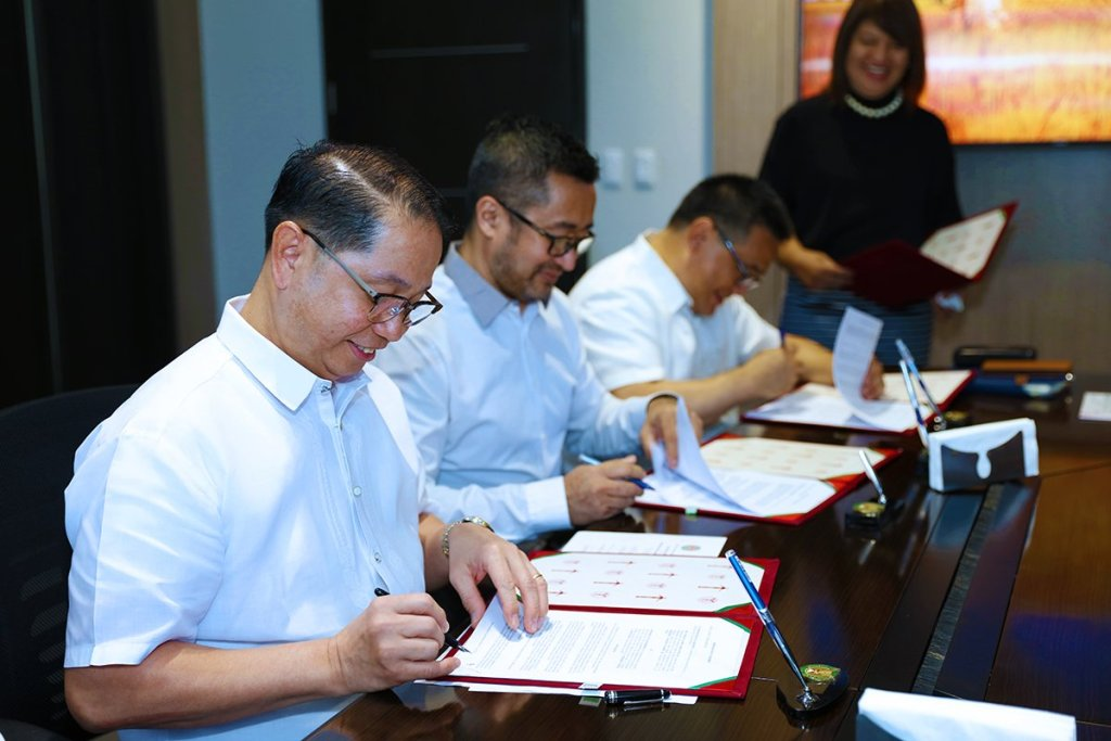UP President Danilo Concepcion signs an MOA with Beta Epsilon Alumni Association (BEAI) President Napoleon Ocampo Jr., with BEAI Vice President Leonardo Jose Berba as one of the witnesses. (Photo by Misael Bacani, UP MPRO)