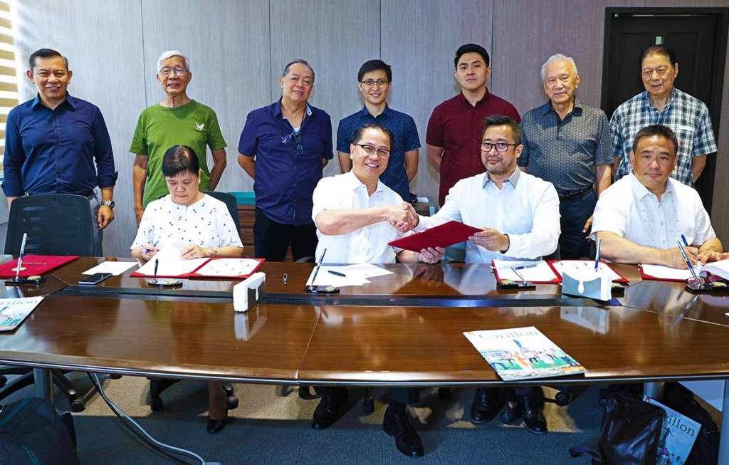 UP President Danilo Concepcion and Beta Epsilon Alumni Association (BEAI) President Napoleon Ocampo Jr. shake hands after signing an MOA for the upgrade of the Beta Way in UP Diliman. Signing as witnesses are Vice President for Development Elvira Zamora and BEAI Vice President Leonardo Jose Berba. Also present are UP Diliman Campus Architect Eric Tabafunda (standing extreme left) and former UP Regent Filemon Berba (standing second from the right). (Photo by Misael Bacani, UP MPRO)