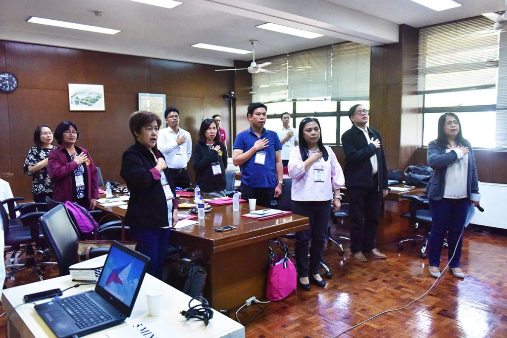 The write-shop fellows sing the National Anthem, with Assistant Vice President for Public Affairs Jose Wendell Capili and Padayon Public Service Office Director Jeanette Yasol-Naval. (Photo by Bong Arboleda, UP MPRO)