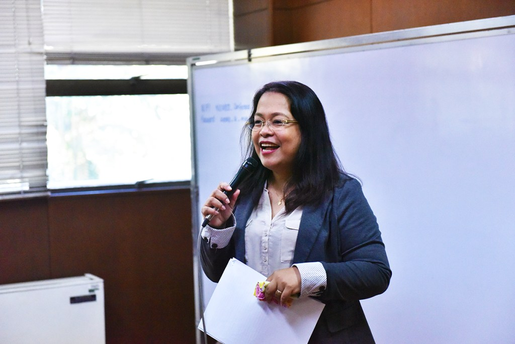 Padayon Public Service Office Director Jeanette Yasol-Naval welcomes the fellows to the write-shop. (Photo by Bong Arboleda, UP MPRO)