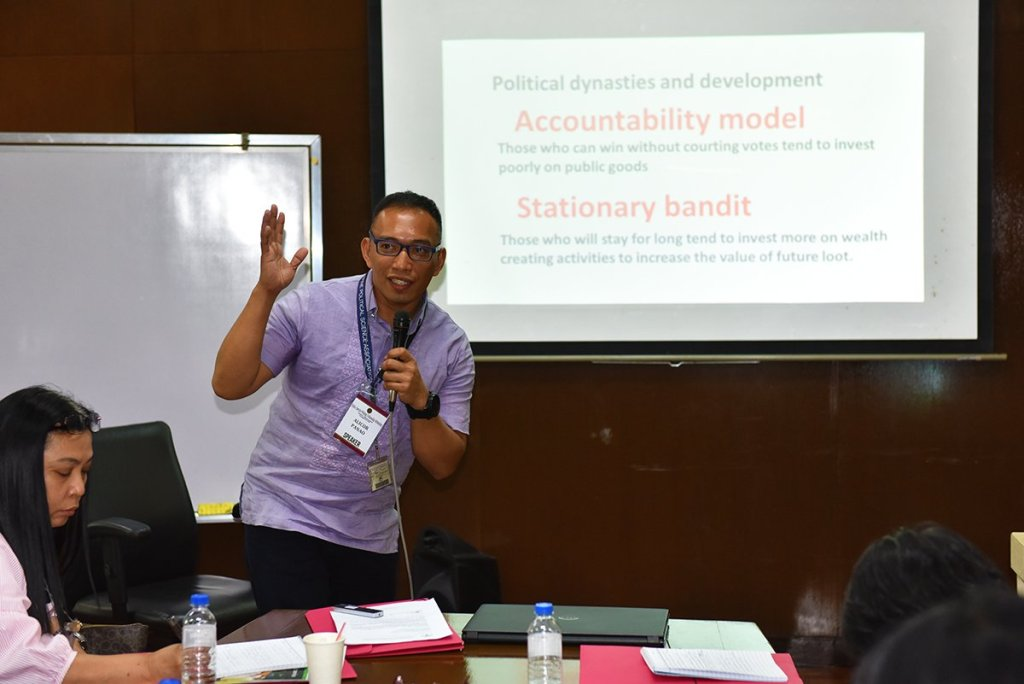 Prof. Alicor Panao of the UP Diliman Department of Political Science gives examples for formulating research questions. (Photo by Bong Arboleda, UP MPRO)