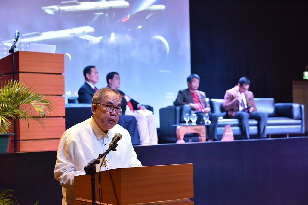 UP Vice President Jose Dalisay Jr., the master of ceremonies of the Akademyang Filipino's first general assembly and public forum, delivers his closing remarks. (Photo by Bong Arboleda, UP MPRO)