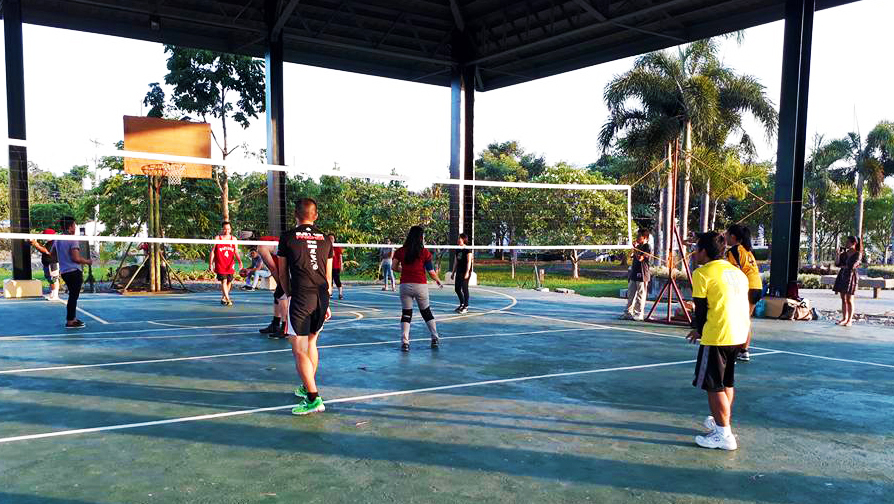 Bonding with colleagues includes playing volleyball. (Photo from UPOU Information Office)