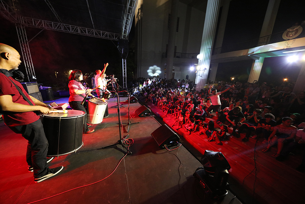 Bateria Brigada kicks off the concert in front of the Quezon Hall lobby. (Photo by Misael Bacani, UP MPRO)