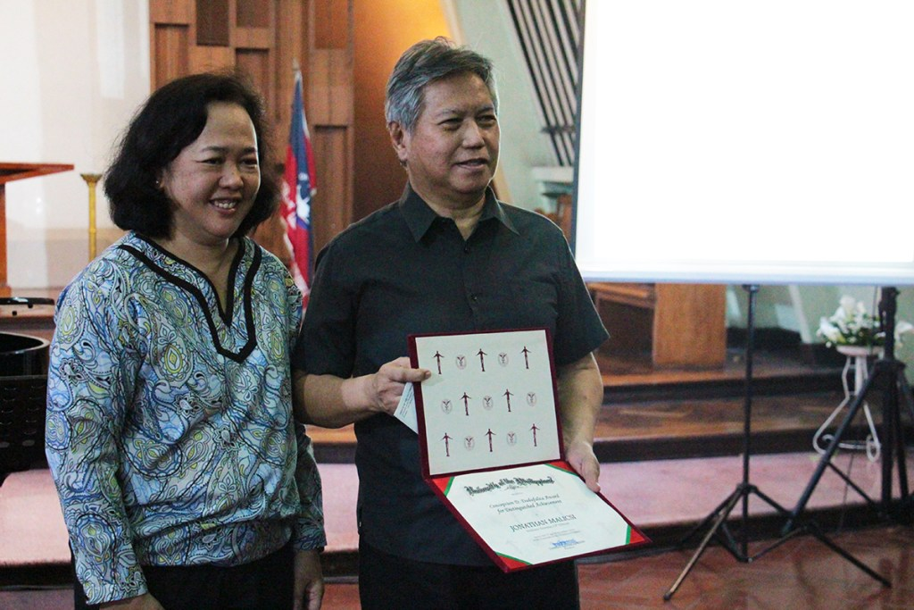 Dr. Jonathan Malicsi is recognized as a Concepcion Dadufalza awardee during his lecture. (Photo by Jun Madrid, UP MPRO)