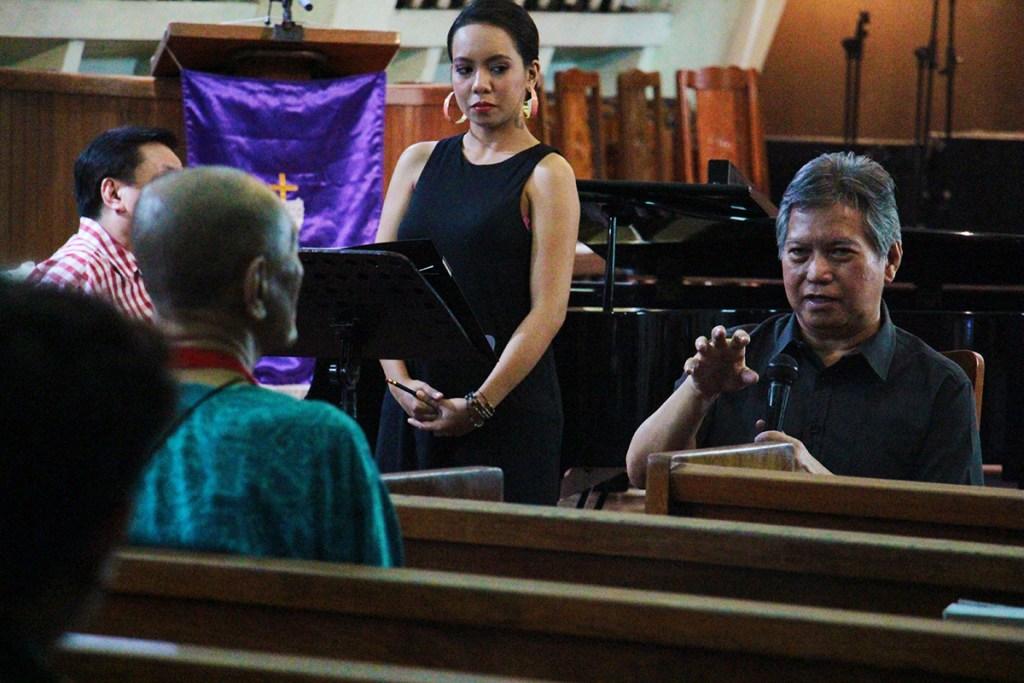 Malicsi analyzes the bars of Handel's masterpiece as soprano Angeli Benipayo looks on. (Photo by Jun Madrid, UP MPRO)