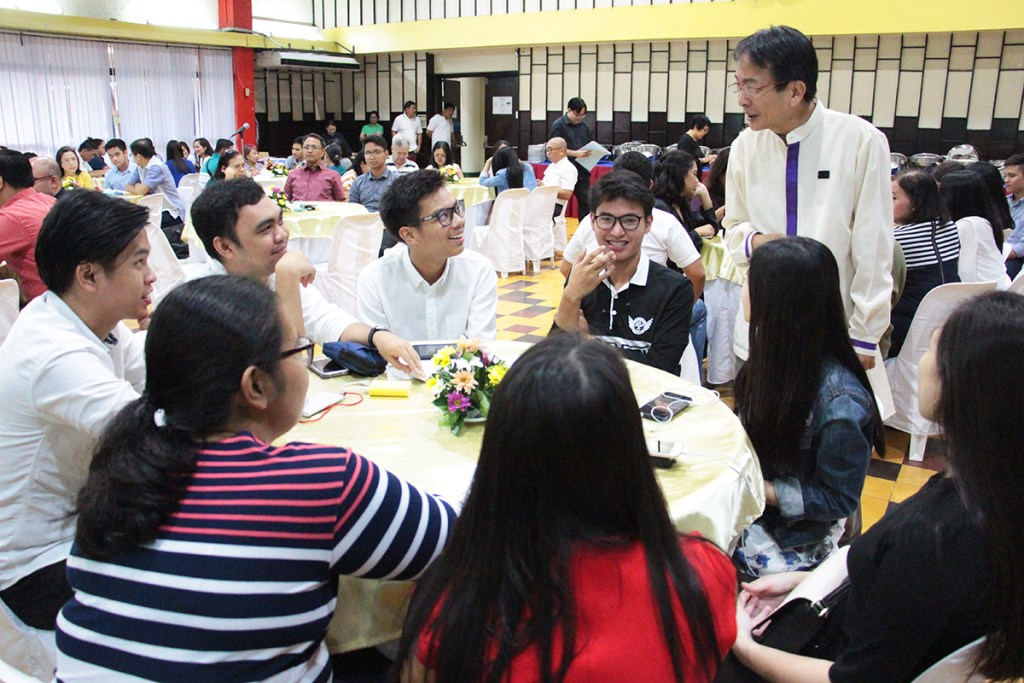 UP Diliman Chancellor Michael Tan talks with a group of Oblation scholars at the beginning of the reception. (Photo by Jun Madrid)