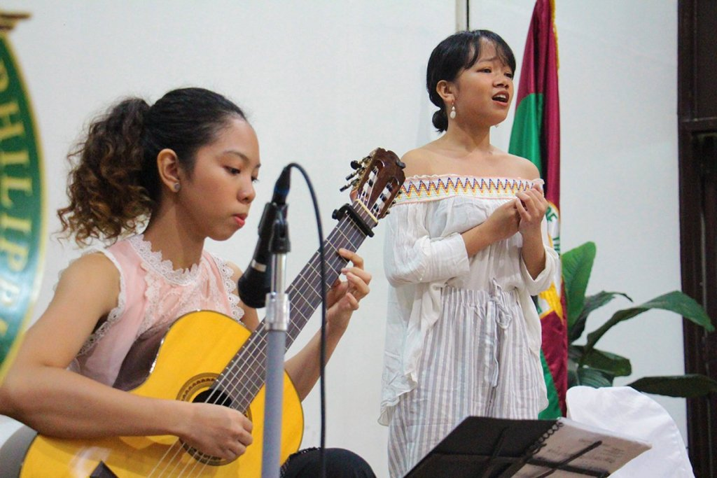 UP College of Music students Marlee Pabico on guitar and Evette Parcon on vocals perform Philippine classical music for Oblation scholars and their families. (Photo by Jun Madrid, UP MPRO)