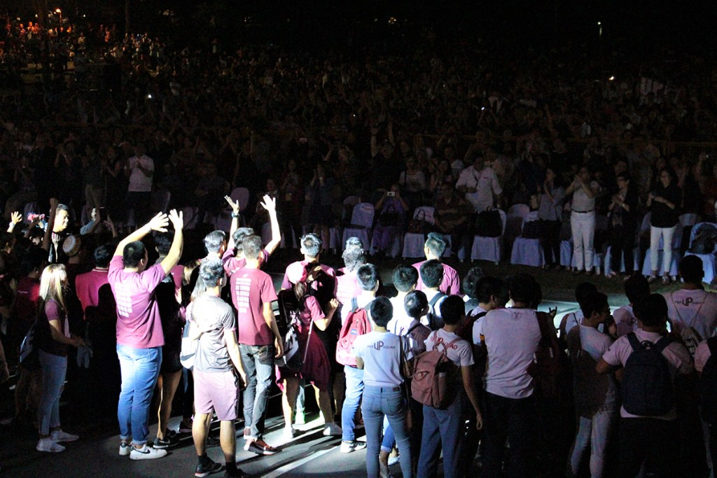 UP athletes wave to the crows as they are given a standing ovation. (Photo by Jun Madrid, UP MPRO)