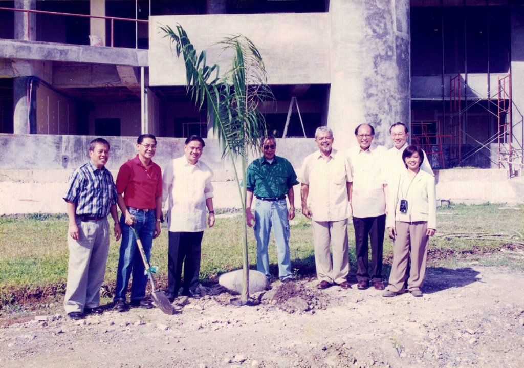 UP alumni held a treeplanting activity in the Alumni Oblation Plaza. John Gaisano with UP alumni and local officials. (Photo from Rene Estremera, UP Mindanao)