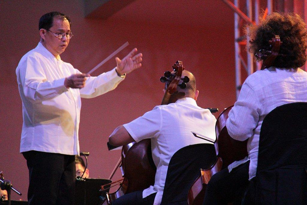 Ranera gestures the entrance of strings. (Photos from 'Simulain at Pangarap' concert by Jonathan Madrid, UP MPRO)