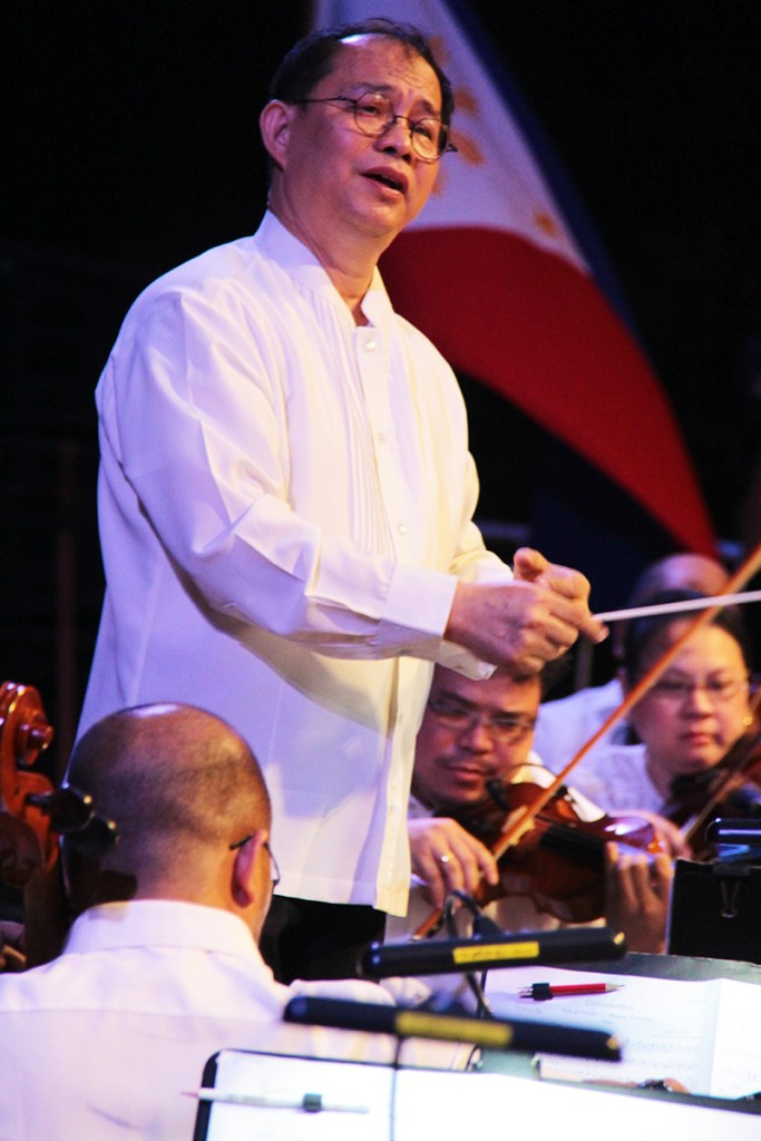 Ranera turns to the rear of the orchestra, signifies a calming down. (Photos from 'Simulain at Pangarap' concert by Jonathan Madrid, UP MPRO)
