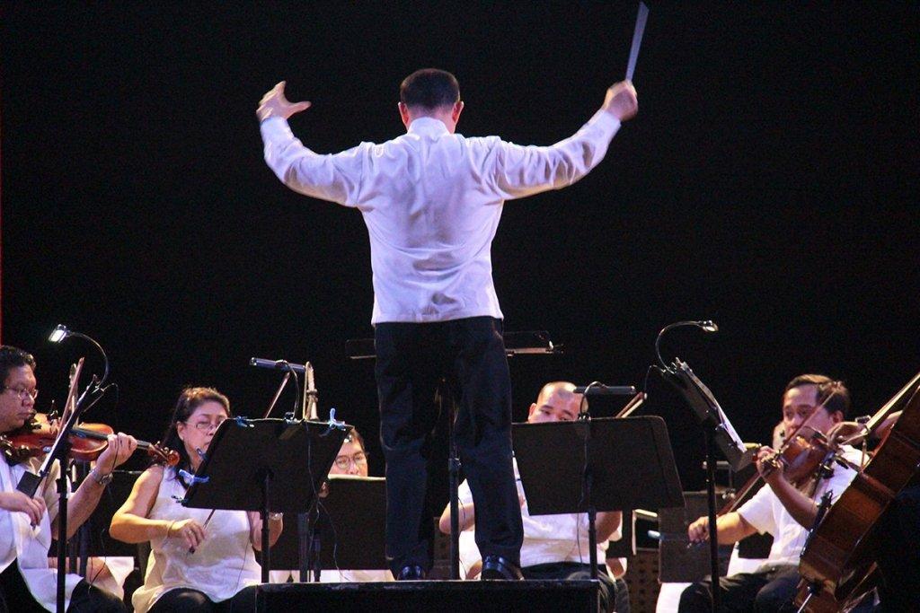 Ranera sustains the big sound. (Photos from 'Simulain at Pangarap' concert by Jonathan Madrid, UP MPRO)