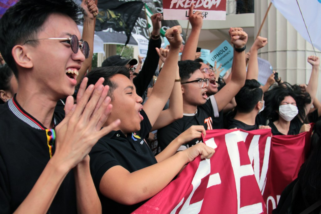 A jubilant student sector cheers Fidel Nemenzo. Photo by Jun Madrid, UP MPRO.