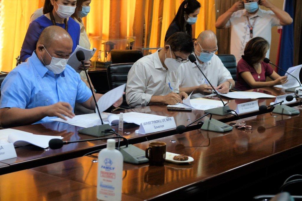 Davao de Oro Governor Jayvee Tyron Uy, UP Mindanao Chancellor Ρrof. Larry Digal, Davao de Oro Chief of HospitalsDr. Ferdinand Soberano, Ρhiliррine Genome Center Mindanao Director Ρrof. Lyre Anni Murao sign the Memorandum of Agreement for a COVID-19 testing facility in Davao de Oro.